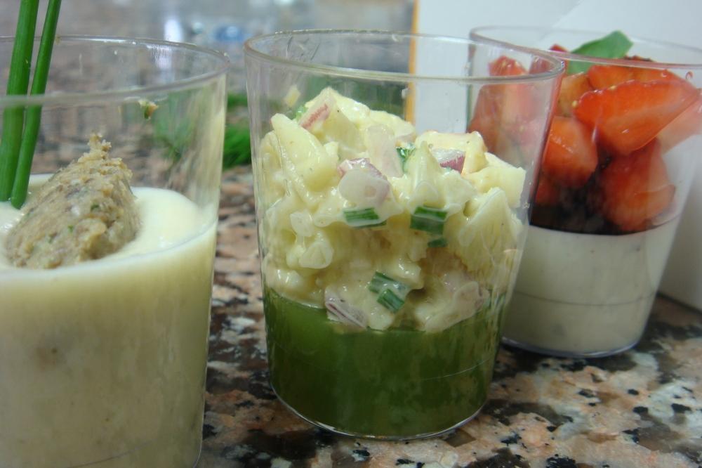 Da esquerda para a direita: vichyssoise trufée et sa quenelle de champignons; gelée de concombre à la rose, crevettes au curry & panna cotta au basilic, fraises au balsamique