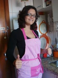Na minha cozinha corredor, arrasando com o meu avental pink. Adoro como a cinta do avental dá a volta nas costas e amarra na frente - prático para pendurar um pano de prato, rá!