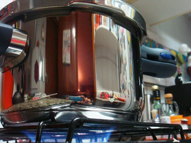 Panela novinha, quase um espelho de tão brilhante. Dá pra me ver tirando a foto, dá pra ver minha lancheira gourmet... viu?