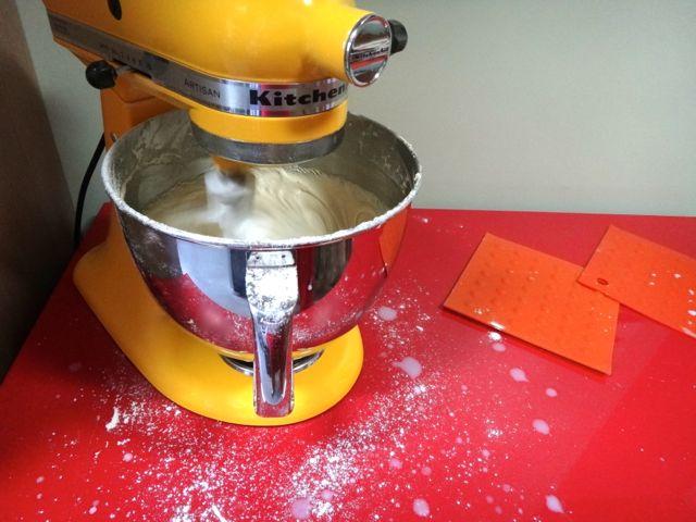 Em ação sem o protetor de respingos para adicionar os ingredientes. Dá pra ver como é importante ter um, né? Sem ele fica uma sujeira só!