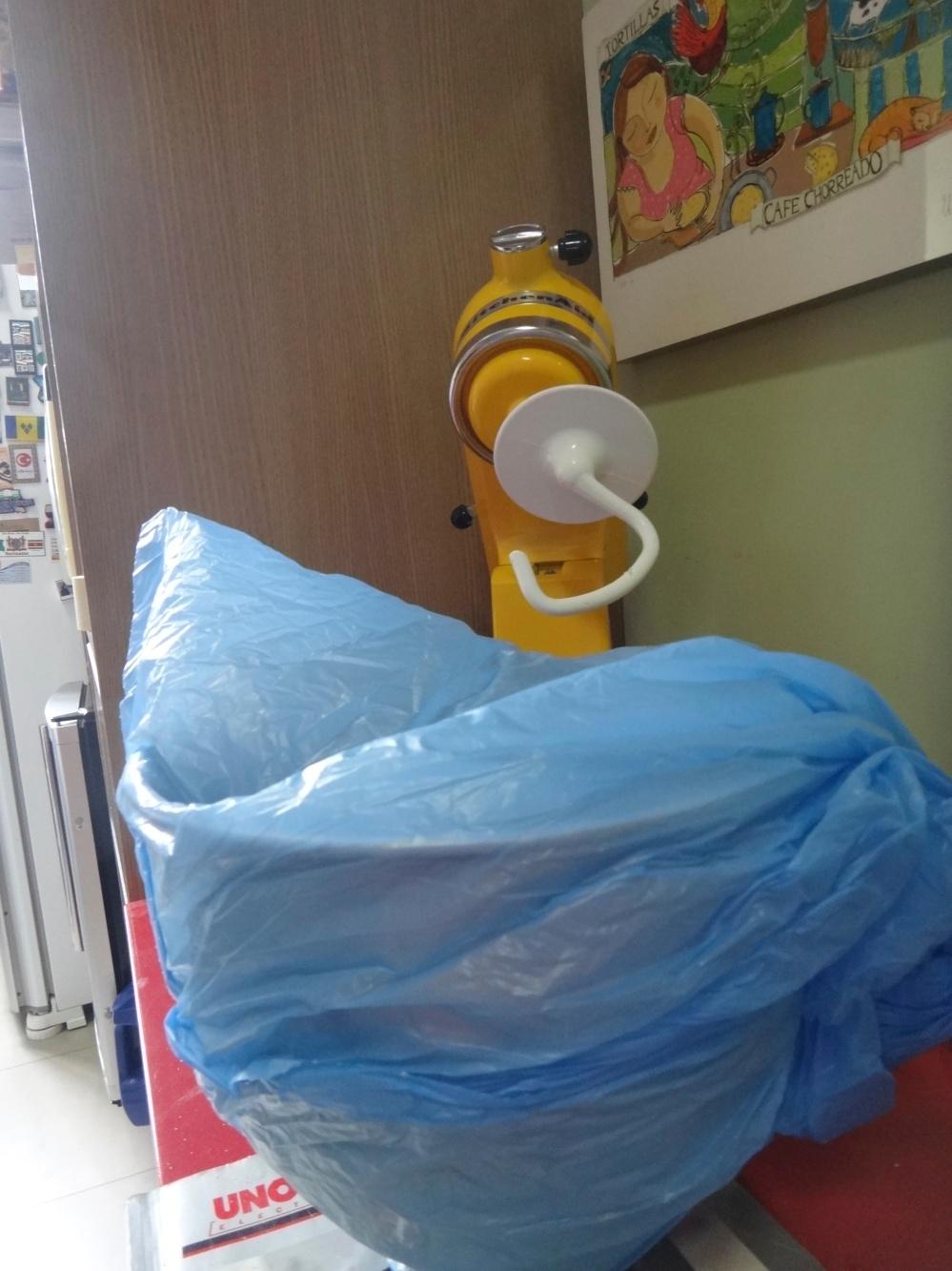 Coloco a vasilha toda no saco para crescer. Aproveito o saco, se quero congelar a massa!