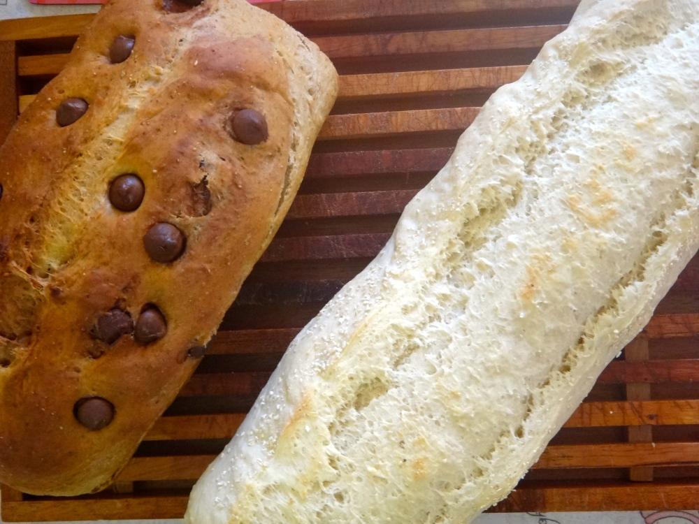 Pão de banana com chocolate e pão branco com aveia
