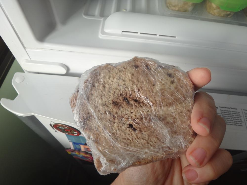 Retire a fatia congelada e aqueça na torradeira - ou no forno
